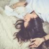 結局私たちの健康のために最適な睡眠は何時間?睡眠不足 VS 眠りすぎで徹底議論。
