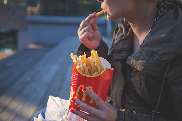 現代、それはかつてない程不健康で「加工食品」にまみれた世界。