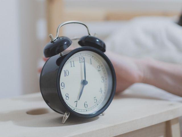 寝起きの目覚めを最適化するアラーム音の特徴はこれだ!というオンライン調査の結果