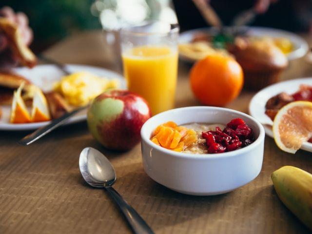朝食 vs. 夕食!全く同じ食事&カロリーを違うタイミングで摂ると代謝にどんな影響があるのか?