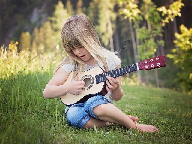 音楽に子どもの認知機能や学業成績をアップさせる効果はない!というメタ分析