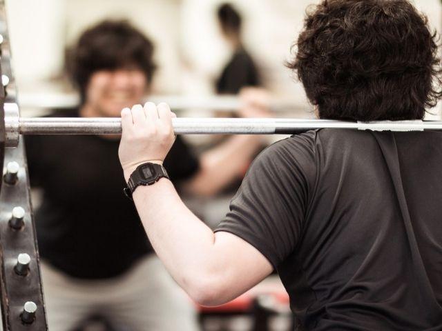 フリーウェイトのスクワットで重量を下げると筋活動も減るが【ある工夫】をすればカバーできるらしい